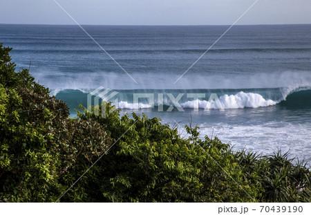 台風一過の透明感のある美しい秋晴れの波と海 70439190