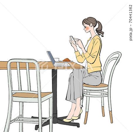 カフェでノートパソコンでリモートワークをしながら、スマートフォンをチェックする女性 70441362