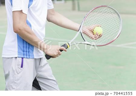 テニスをする男性 70441555
