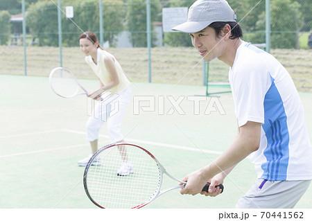 テニスをする男女 70441562