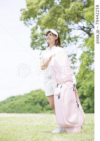 ゴルフバッグを持つ女性 70442258