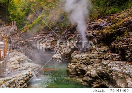 彩り鮮やか紅葉の小安峡73 大噴湯 70443469