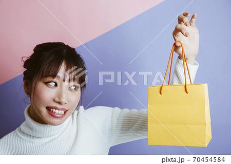 プレゼントを渡す女性 70454584