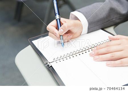 ペンを持つ手元 70464134