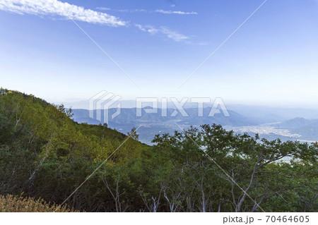 斜面越しに臨む河口湖方面の景色/富士山五合目 70464605