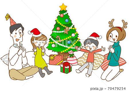 クリスマスパーティーを楽しむ四人家族 70479254