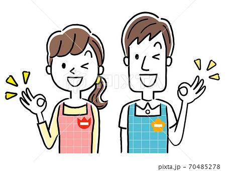 イラスト素材:若い保育士の男性と女性、OKサイン 70485278