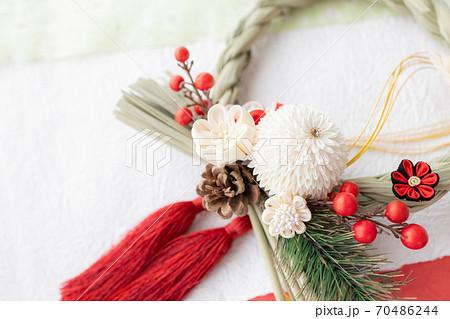 お正月飾り つまみ細工でできたしめ縄飾り 70486244