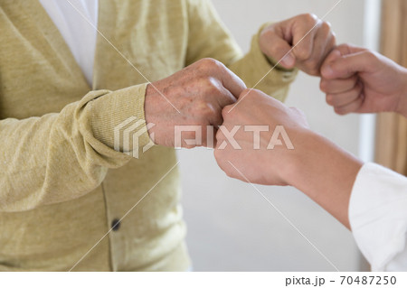 グータッチで挨拶をする男性 70487250