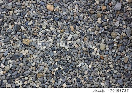 カラフルな砂利(庭やお墓などに使われる) 70493787