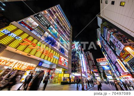 日本の東京都市景観 コロナ禍の東京・秋葉原。外国人団体客の姿は見られない 70497089