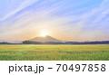 ダイヤモンド筑波山と金色の麦畑 朝景 70497858