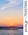 霞ヶ浦から望む夕暮れ時の筑波山 70497860