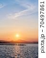 霞ヶ浦から望む夕暮れ時の筑波山 70497861