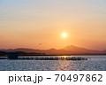 霞ヶ浦から望む夕暮れ時の筑波山ののどかな風景 70497862