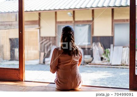 出産準備で田舎に里帰りした妊婦 70499091