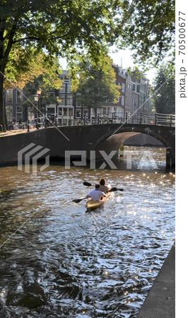 夏のアムステルダム運河でカヌーを漕ぐ人々 70500677