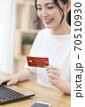 ネットショッピングする若い女性 ボディパーツ 70510930