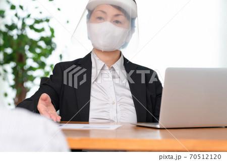 ビジネス フェイスシールドの女性 70512120