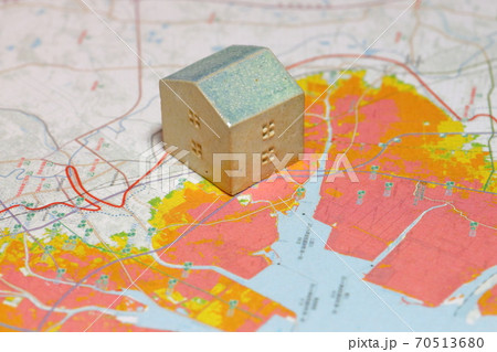 津波ハザードマップとミニチュアの陶器の家 70513680
