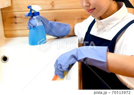 洗面台を掃除するハウスキーパーの女性 70513972