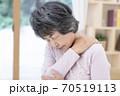 肩こりが辛いシニア女性 70519113