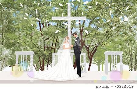 教会の結婚式で新婦の指に指輪をはめる新郎 70523018