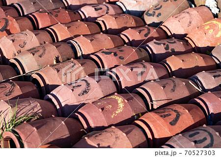 並べて保存されている陶器の蛸壺(タコツボ) 70527303