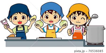 料理を始める小学生の男の子と女の子(調理実習) 70536085
