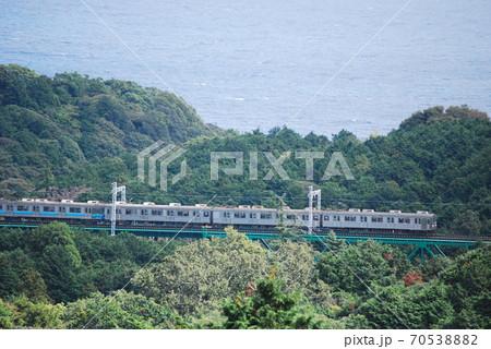 川奈の鉄橋を通過する伊豆急行線8000系復刻塗装車 70538882