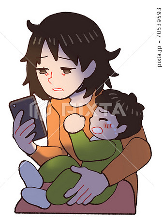 夜泣きする赤ちゃんに疲れてスマホをみるお母さん 70539593