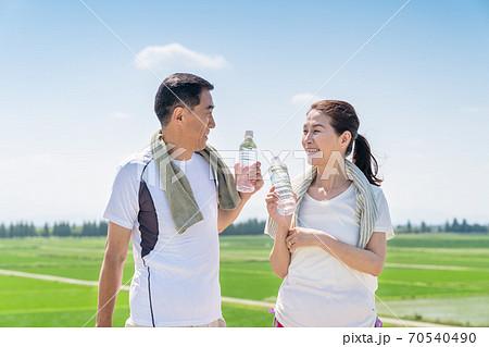 シニア、夫婦、水分補給 70540490