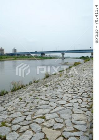 多摩川に掛かる橋をバックにした河川敷の石畳 70541154
