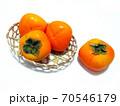 カゴに盛った柿 竹ザルに盛った柿 70546179