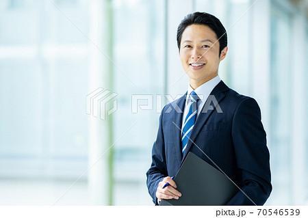 30代男性のビジネスイメージ 70546539