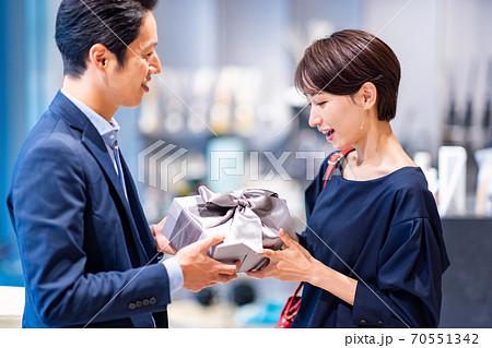 買い物をする夫婦 撮影協力:g GIFT AND LIFESTYLE 70551342