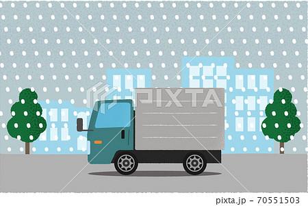 豪雪の中、都市の道路を進む緑色のトラックのベクターイラスト 70551503