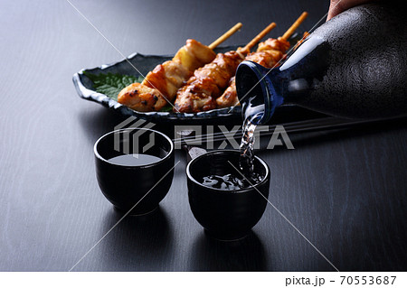 日本酒を注ぐ 70553687