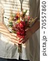 花 花束 女性 70557860