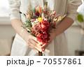 花 花束 女性 70557861