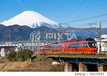 富士山をバックに行く ロマンスカー 70570001