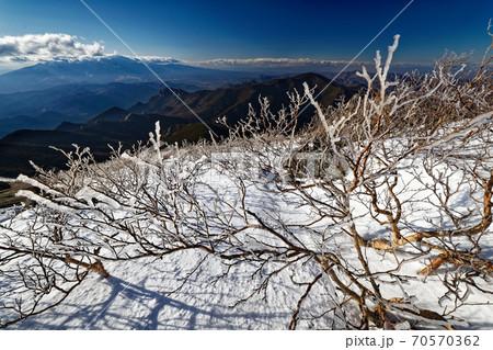 金峰山の樹氷と八ヶ岳・瑞牆山の眺め 70570362