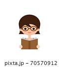 メガネをかけて本を読む女性のイラスト 70570912
