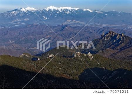 金峰山から見る朝の瑞牆山と八ヶ岳 70571011