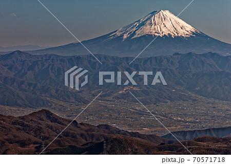 金峰山から見る富士山と甲府の町並み 70571718