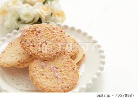 ドライいちごのアイシングクッキー 70578937