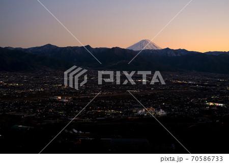 山梨県笛吹川フルーツ公園から見る富士山の夕景 70586733