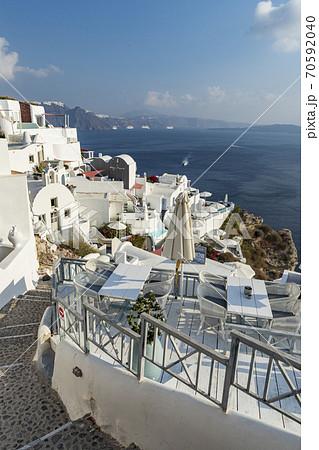 ギリシャサントリーニ島イア 高級ホテル近くのエーゲ海へ続く道 70592040