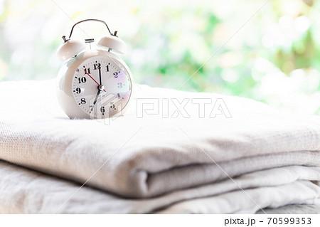 目覚まし時計とベッドリネン 70599353