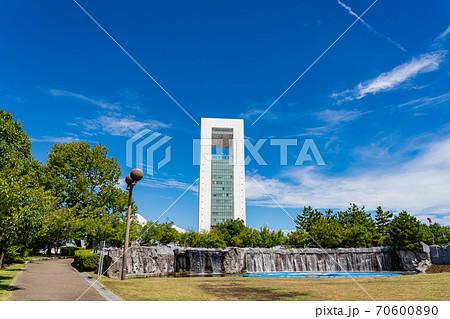 三重県四日市市 四日市港のポートビルと霞港公園 70600890